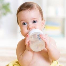 Donner de l 39 eau un b b bien s r b b 0 12 mois - Peut on boire l eau chaude du robinet ...
