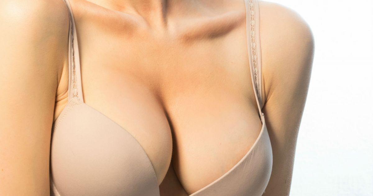 Gros seins dans le bureau