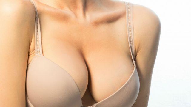 Gros seins de soutiens-gorge noir