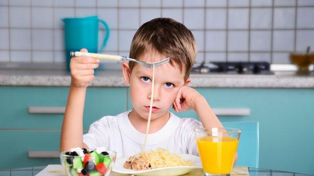 Forcer les enfants à finir leur assiette n'est pas une bonne idée ! File_main_image_510_1_enfant_difficile_table_510_01_1500X1000_cache_640x360