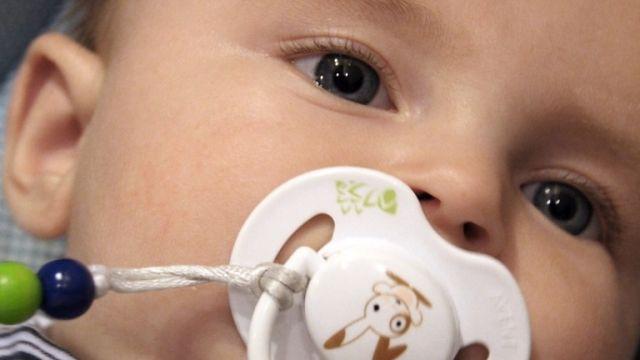 Bébé portera sa main ou ses doigts à la bouche dans le ventre de sa mère. À  sa naissance, il voudra retrouver ce réconfort! e49fb13ff39