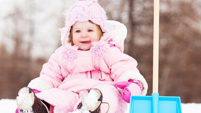Ça y est, nous devons maintenant affronter le froid et la neige… Nous ne  sommes pas les seules qui doivent défier les tracas de l hiver, votre bébé  aussi. c4436aaa64e