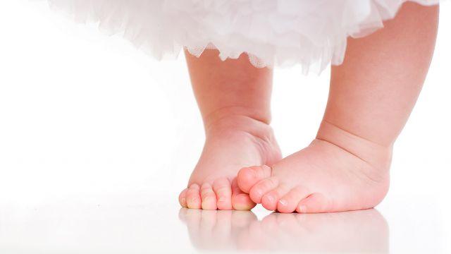 2fcf40fd68999 Vous avez remarqué que votre enfant marche les pieds tournés vers  l intérieur et cela vous inquiète  Voici quelques conseils et explications.
