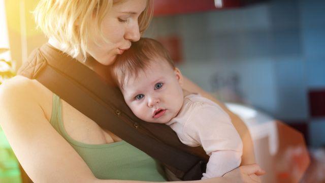 50e3bcef8241 Vous avez décidé d utiliser une écharpe de portage  Voici des conseils  précieux sur la façon de le faire pour préserver la santé de bébé.